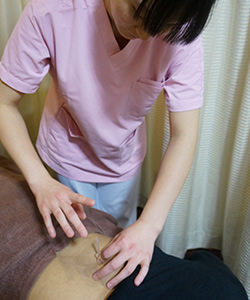 岸和田市Win鍼灸整骨院G鍼灸整骨院での鍼施術風景