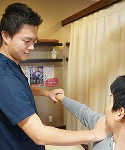 岸和田市の整骨院で肩の痛み施術風景